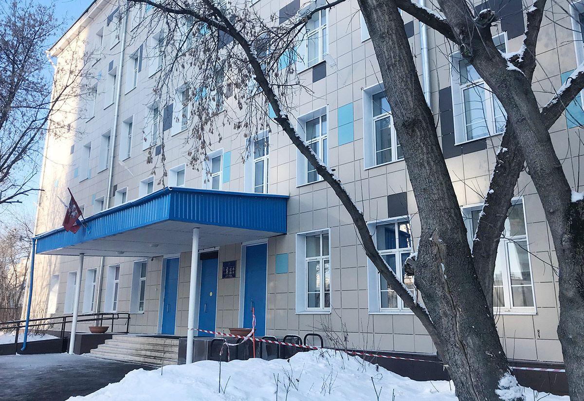 классическая школьная пятиэтажка, фасад облицован плиткой