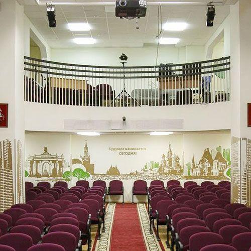 Актовый зал многофункционален – тут проводятся торжественные и развлекательные мероприятия для учени