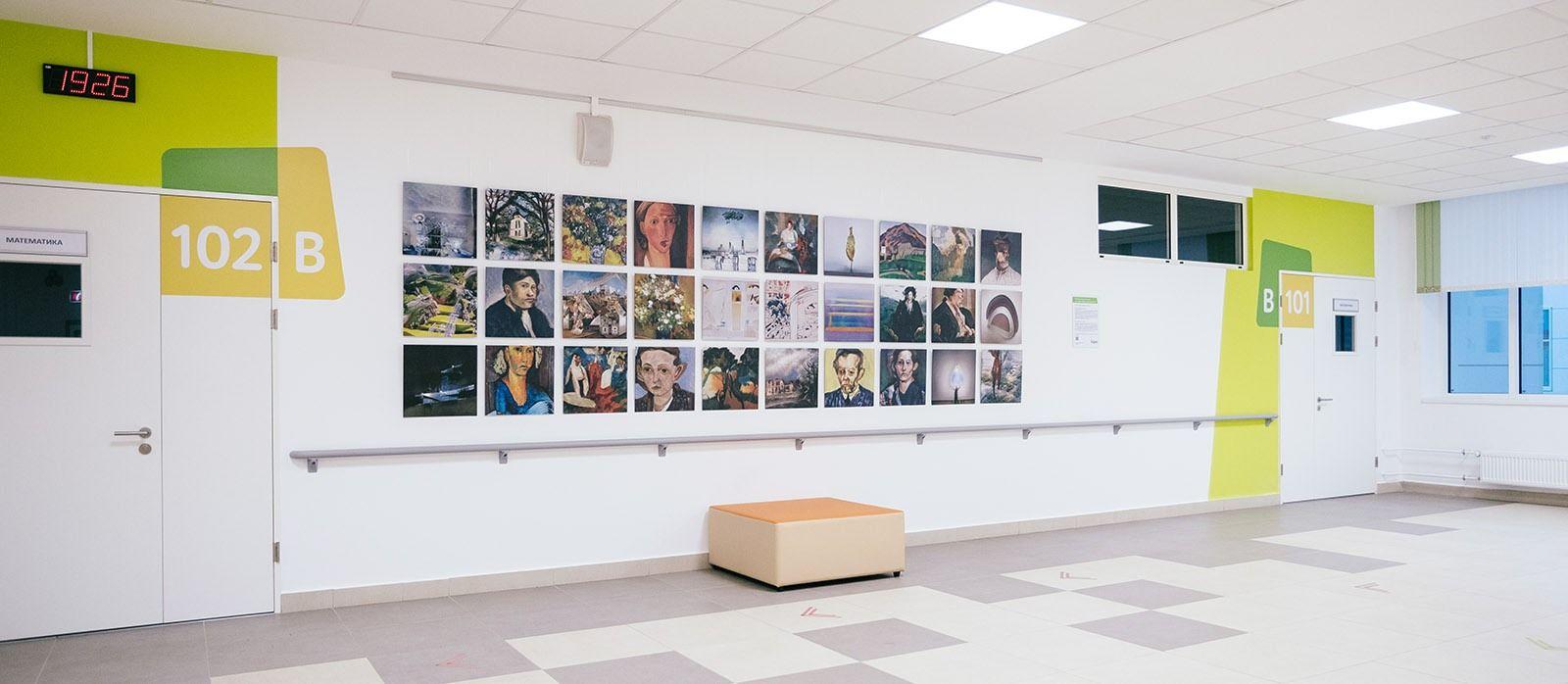выставка картин, нарисованная нейросетью в школе