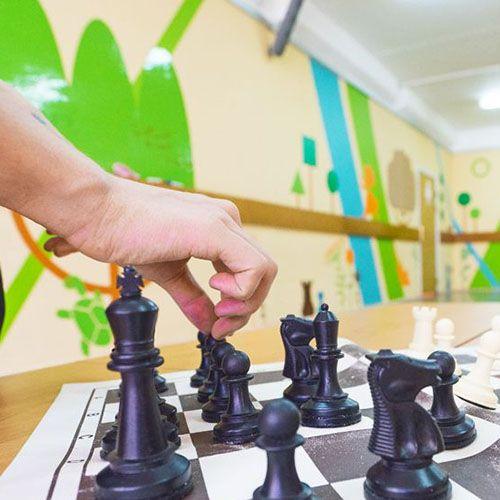 шахматное оформление школы